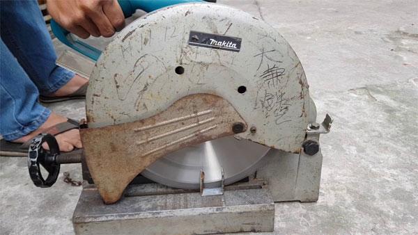 Một trong những máy cắt sắt cũ được bày bán trên thị trường